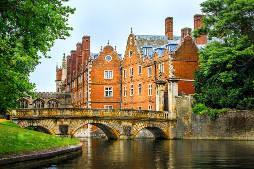 How to decide between Oxford and Cambridge University - Advice from our Oxbridge Admissions Consultancy